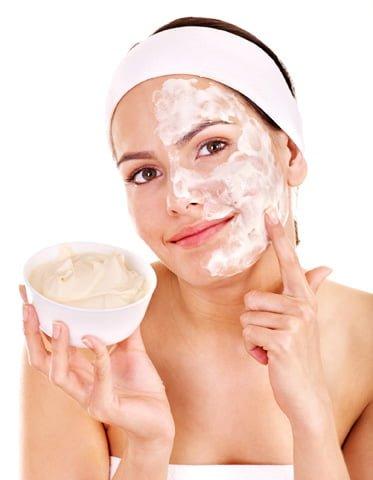 girl applying diy face cleansing mask